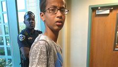 Muslimský student vyrobil hodiny a přinesl je do školy. Policie ho zatkla