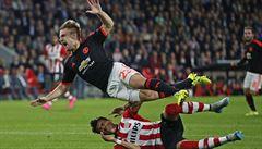 'Měl kyslíkovou masku a plakal.'  Obránce United utrpěl dvojitou zlomeninu nohy