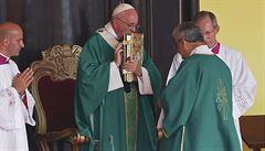 Papež vyzval Kubánce k návratu k aktivní víře, na mši byl i Raúl Castro
