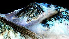 Podle NASA je na Marsu tekoucí voda a mohl by tam být i život