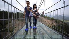 V čínském parku otevřeli první most se skleněnou podlahou. Je dlouhý 300 metrů