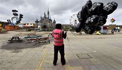 Banksyho 'zábavní park' Dismaland se uzavřel. Materiál jde na příbytky uprchlíků