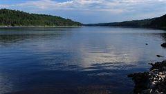 Letošní rekordní sucho snížilo hladinu Orlické přehrady o osm metrů