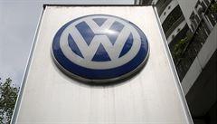 Skupině Volkswagen a její hlavní značce po skandálu stále klesá prodej