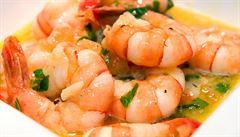 Čínská restaurace účtovala 144 korun za jednu krevetu, internet ji pranýřuje