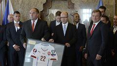 Premiér Sobotka přijal fotbalisty v Kramářově vile, gratuloval jim k Euru