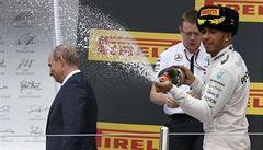 Hamilton se brání bizarnímu obvinění: Putina jsem šampaňským nepostříkal