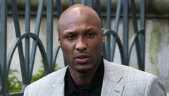 Bývalá hvězda NBA po noci v nevěstinci bojuje o život. Jeho stav je záhadou