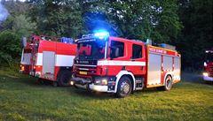 Hasiči na Náchodsku zasahují u rozsáhlého požáru skladovací haly se senem, odhadovaná škoda je 9 milionů korun