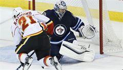 Pavelec vychytal Winnipegu výhru nad Calgary 3:1