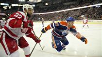 Connor McDavid (vpravo) v zápase proti Detroitu Red Wings.