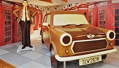 V Táboře stojí čokoládový Mr. Bean s autem v životní velikosti
