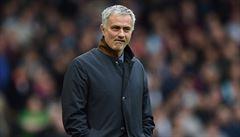 A ven! Rozhodčí vyhodil Mourinha na tribunu, kouč pak odmítl mluvit s novináři