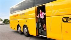 RegioJet zrušil stevardy v autobusech. Při cestě do zahraničí nemají výjimku jako řidiči