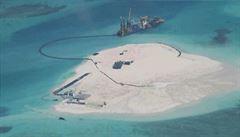 Čína si staví umělý ostrov v Jihočínském moři, asi leteckou základnu