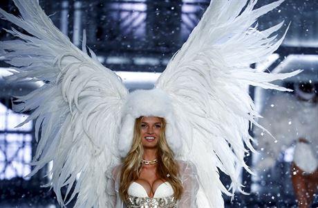 Častý motiv přehlídek Victoria's Secret - andělská křídla.