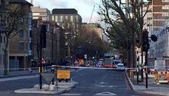 Londýnská policie zatkla tři muže řídící dodávku a uzavřela silnici