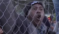 Běženci v Makedonii strhli ostnatý drát. Museli je chytat těžkooděnci