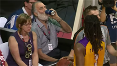VIDEO: Basketbalistu polil pivem. Zmatený důchodce si incident nepamatuje