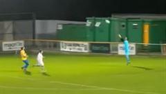 VIDEO: Je tohle vůbec 'vlastňák'? Z půlky hřiště dopravil míč do brány vítr