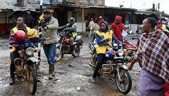 Fotbalový klub v Ugandě koupil hráčům taxíky, aby si přivydělávali na ulici