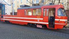 Mazací tramvaj jede na Facebooku. Lidé ji nahánějí a fotí s ní selfie