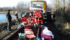 Tři lidé zemřeli při srážce vlaku s osobním autem na Chrudimsku