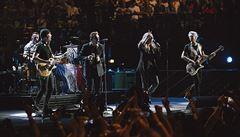 Všichni jsme Pařížané. Kapela U2 na koncertě uctila památku obětí terorismu