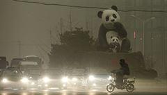 Jed v monotónním šedém vzduchu. Peking se dusí v oparu zhoubného smogu