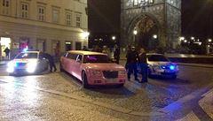 Přes Karlův most přejela v noci na sobotu růžová limuzína. Plná opilých lidí
