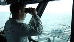 'Každý start z paluby je risk'. Exkluzivní reportáž z lodi, která míří na Islámský stát