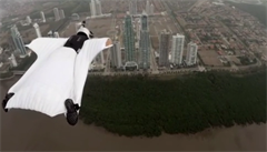 Modelka se vrhla z helikoptéry. Mezi mrakodrapy prolétla velmi těsně