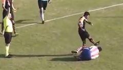 VIDEO: Zákrok hodný vězení. Turecký fotbalista kopl soupeře do obličeje