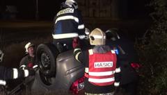 Trojice opilých mladíků brázdila ulice Prahy. Jejich vůz skončil na střeše