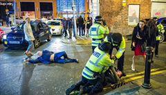 Fotka opilce ze Silvestra v Británii hitem internetu. Přirovnávají ji k renesančním dílům