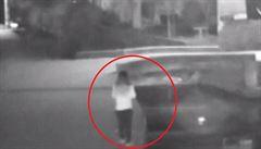 Žena zaujatá svým mobilem spadla do řeky. Nepozornost ji stála život