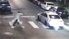 Na amerického policistu střílel maskovaný muž. Netajil se sympatiemi k IS