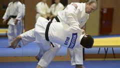 Putin trénoval s reprezentanty v judo, trenérovi dal ruský pas
