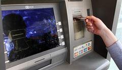 Nejabsurdnější poplatek je za zjištění zůstatku v bankomatu