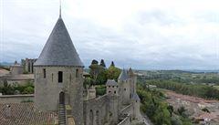 Umělec pokryl hradby francouzské pevnosti Carcassonne žlutými kružnicemi. Místní se bouří