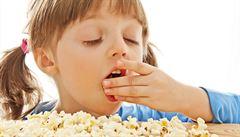 Děti jedí příliš mnoho soli. Zvyšuje to i jejich konzumaci sladkých nápojů