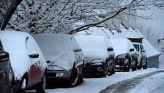 Sníh stále komplikuje dopravu. Zhoršená je i viditelnost