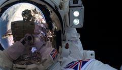 Originální selfie. Britský astronaut se vyfotil při výstupu mimo ISS