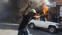 Lidé na Haiti protestují proti volbám prezidenta. Podpálili auta i volební místnosti