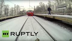 VIDEO: Šílený risk v Rusku. Mladík lyžoval mezi kolejemi připoután k vlaku