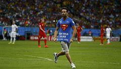 Fanoušek záchranář. Proběhl hřiště, aby zabránil gólu. Ve vápně se ale rozsekal