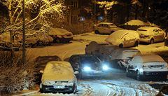 Na silnicích je bláto, sníh i náledí. A sněžit má i v pátek a o víkendu