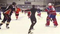 Umí hokejisté piruetu? Hráči NHL si zkusili krasobruslení