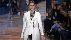Na přehlídce Dioru se odhalovala ramena a ukazovala ňadra