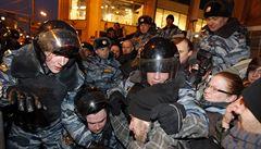 Rusko se noří do krize. Důchodci vyšli do ulic, Kreml se bojí hladových bouří